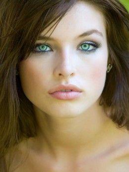 Шатенка с серыми глазами