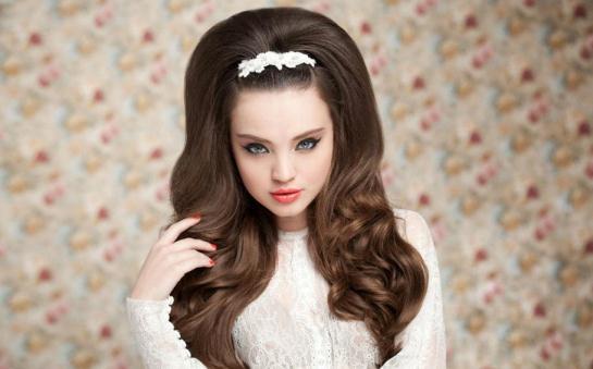 Прическа на длинные волосы в стиле ретро для девочки