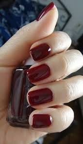 Тёмный маникюр на короткие ногти