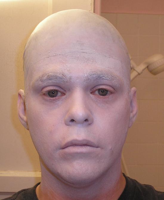 оранжевые волосы шрам на щеке