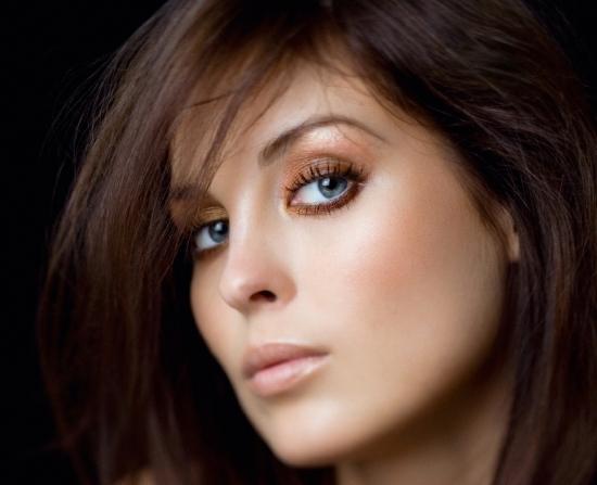 Фото макияжа для серо-голубых глаз у шатенки