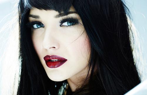 Фото макияжа для серо-голубых глаз у брюнетки