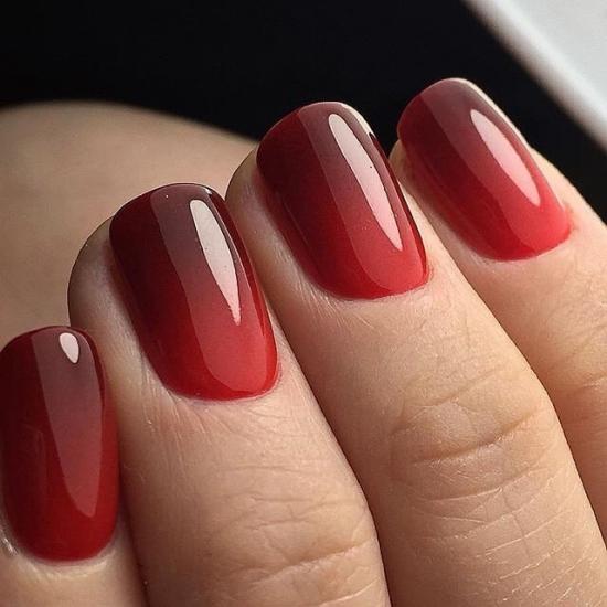 красный градиент на ногтях